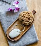 Орхидеи над серым полотенцем для минималистского курорта и здоровой ванны Стоковые Изображения