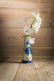 Орхидея в вазе на древесине Стоковая Фотография