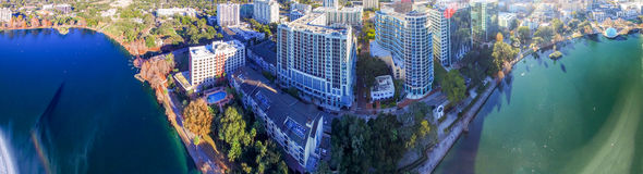 Орландо, Флорида Красивый вид с воздуха захода солнца озера и строения стоковое изображение