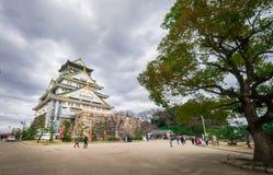 Осака 11-ого марта 2016 Туристы принимают фото перед замком Осака Стоковое Фото
