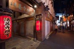 Осака - 24-ое ноября 2018: Красные фонарики в Hozenji Yokocho, старой узкой и камн-вымощенной улице рядом с зоной Dotombori в Оса стоковые изображения rf