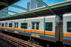 ОСАКА, ЯПОНИЯ - 18-ОЕ ИЮЛЯ 2017: Люди всходят на борт поезда на станции Осака Hankyu Umeda в Осака, Японии Оно самые занятые Стоковое Изображение RF