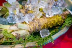 ОСАКА, ЯПОНИЯ - 18-ОЕ ИЮЛЯ 2017: Свежий корень wasabi продан вдоль улицы на рынке Kuromon Ichiba, Nipponbashi, Осака Стоковое Изображение RF