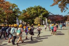 ОСАКА, ЯПОНИЯ, 12-ОЕ МАРТА 2015: Японские молодые элементарные студенты Стоковое Фото
