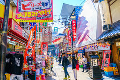 ОСАКА, ЯПОНИЯ - 30-ОЕ НОЯБРЯ 2015: Башня Tsutenkaku в Shinsekai Стоковые Изображения
