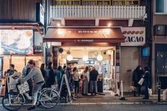 Осака, Япония - 11-ое ноября 2017: Стоят, что очередь ждут туристы для покупки хлеба на Le круассане стоковая фотография rf