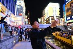 ОСАКА, ЯПОНИЯ - 12-ОЕ ОКТЯБРЯ 2016: Без названия туристское selfie на Doto Стоковая Фотография RF