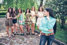 осадка девушки друзей злословя подростковая Стоковое Изображение RF