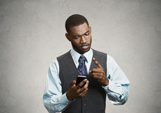 Осадка, сердитый бизнесмен несчастный при сообщение полученное на умном Стоковые Изображения
