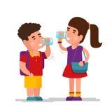 Освежать питья девушки голубой ослабляет воду и мальчика выпивая от чистой стеклянной иллюстрации вектора Стоковые Фото
