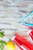 Освежающий напиток лета ягод в пластиковой бутылке на деревянном столе закрыно установьте текст Пустой космос стоковые фото