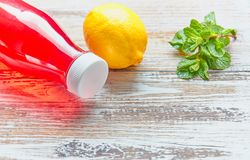 Освежающий напиток лета ягод в пластиковой бутылке на деревянном столе закрыно установьте текст Пустой космос стоковое изображение