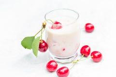 Освежая вишни коктеиля плодоовощ питья лета Стоковое фото RF