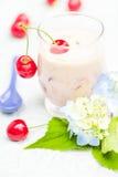 Освежая вишни коктеиля плодоовощ питья лета Стоковые Фото