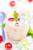 Освежая вишни коктеиля плодоовощ питья лета Стоковые Фотографии RF