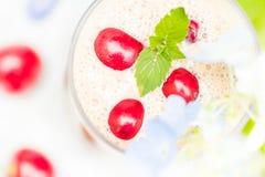 Освежая вишни коктеиля плодоовощ питья лета Стоковые Изображения