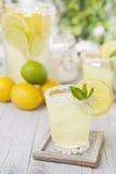 Освежая лимонад на деревенской внешней таблице Стоковая Фотография