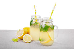 Освежая лимонад с лимоном, мятой 2 тропических коктеиля от зрелого желтого лимона, свежей мяты, изолированной на белой предпосылк Стоковые Фото