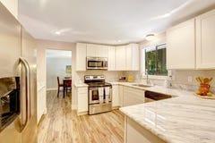 Освежая интерьер кухни с белыми шкафами Стоковые Фотографии RF