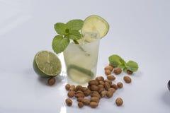 Освежая коктеиль с зелеными лимоном и льдом стоковые фотографии rf