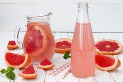 Освежая коктеиль грейпфрута с мятой над старым винтажным деревянным столом Стоковое Фото
