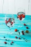 Освежая коктеиль с водочкой Мартини с льдом и ягодами на деревянной таблице Стоковые Изображения