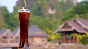 Освежая коктеиль с колой в высокорослом стекле сток-видео