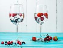 Освежая коктеиль с Мартини с льдом и ягодами на деревянной таблице Стоковые Изображения RF