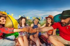 Освежая напиток на располагаться лагерем с друзьями Стоковые Изображения RF