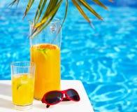 Освежая оранжевый лимонад коктеиля на таблице Стоковая Фотография