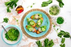Освежая покрытые коркой канапе с зелеными горохами и pesto мяты Стоковое Изображение RF