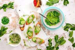 Освежая покрытые коркой канапе с зелеными горохами и pesto мяты Стоковые Фото
