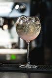 освежая рубиновый красный коктеиль при плодоовощ виноградины изолированный на баре Стоковые Фото