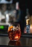 Освежая рубиновый красный коктеиль при плодоовощ виноградины изолированный на предпосылке бара Стоковая Фотография RF