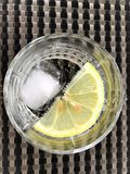 Освежая сверкная вода с лимоном и льдом стоковые фото