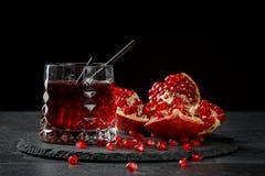 Освежая спиртные коктеили Состав стекла красного питья и зрелой венисы на черной предпосылке Fruity красный цвет Стоковые Фотографии RF