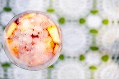Освежая sangria коктеиля лета с пузырями и туман от сухого льда Стоковое Фото