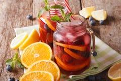 Освежая sangria с крупным планом апельсина, клубники и голубики Стоковое Фото