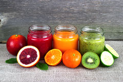 Освежая smoothie плодоовощ на серой таблице Стоковые Фото