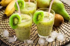 Освежая smoothie с кивиом и льдом Стоковое фото RF