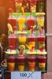 Освежая smoothies плодоовощ с плодоовощ для быстрой еды улицы в окне на улице Стоковые Изображения RF