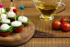 Освежение с томатами вишни и моццареллой стоковые изображения rf