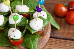 Освежение с томатами вишни и моццареллой стоковая фотография