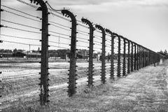 ОСВЕНЦИМ, ПОЛЬША - 11-ое июля 2017 Казармы и колючая проволока в a Стоковые Изображения RF