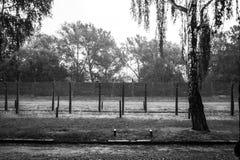 ОСВЕНЦИМ, ПОЛЬША - 11-ое июля 2017 Казармы и колючая проволока в a Стоковые Фото