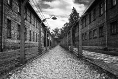 ОСВЕНЦИМ, ПОЛЬША - 11-ое июля 2017 Казармы и колючая проволока в a Стоковое Изображение RF