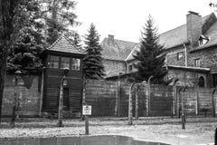 ОСВЕНЦИМ, ПОЛЬША - 11-ое июля 2017 Казармы и колючая проволока в a Стоковое Фото
