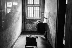 ОСВЕНЦИМ, ПОЛЬША - 11-ое июля 2017 Казармы и колючая проволока в a Стоковая Фотография