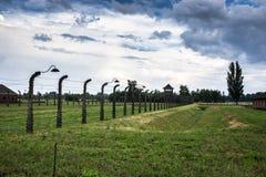 ОСВЕНЦИМ, ПОЛЬША - 11-ое июля 2017 Казармы и колючая проволока в a Стоковое фото RF