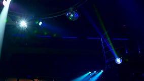 Осветительная установка для танцплощадки в ночном клубе сток-видео